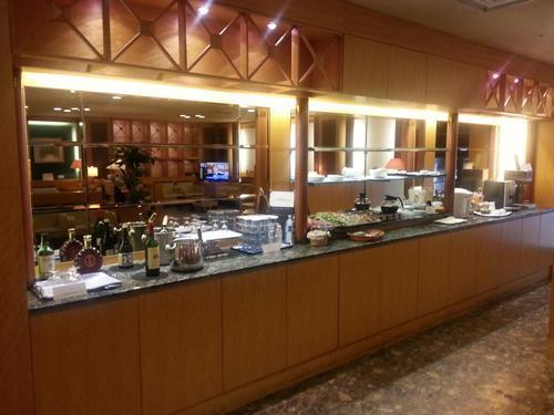 関西国際空港 北ターミナル  KALビジネスクラスラウンジ 飲み物の棚